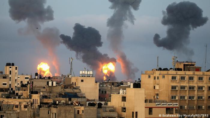 آویو کوخاوی، فرمانده ارتش اسرائیل گفت: «در شبانه روز گذشته به بیش از ۵۰۰ هدف در نوار غزه حمله شده و شمار زیادی از سران تروریستها کشته شدهاند.» او افزود این روند ادامه خواهد یافت. (عکس از بمباران خان یونس)