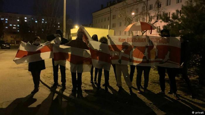 Протестующие с бело-красно-белыми флагами