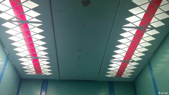 Импровизированный бело-красно-белый флаг на потоке лифта