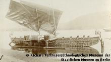 Ethnologisches Museum der Staatlichen Museen zu Berlin - Preußischer Kulturbesitz / Richard Parkinson 789 × 1039 Pixel, JPG, 602542 Das Hochsee-Segelboot mit Ausleger mit der Ident.Nr. VI 23116 a wurde auf der Insel Luf in Papua-Neuguinea hergestellt. Max Thiel, der Direktor der deutschen Handelsgesellschaft Hernsheim & Co, kaufte das Boot 1903 und ließ es zu einer Niederlassung der Firma auf der Insel Matupi transportieren. Noch im selben Jahr wurde es vom Museum für Völkerkunde in Berlin angekauft und zunächst nach Hamburg verschifft. Im Februar 1904 kam es ins Museum für Völkerkunde in die heutige Stresemannstraße in Berlin Dahlem.