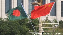 China Peking | Flaggen von Bangladesch und China