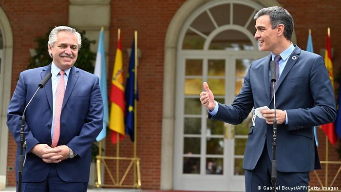 Argentine President Alberto Fernandez (left) with Spanish Prime Minister Pedro Sanchez
