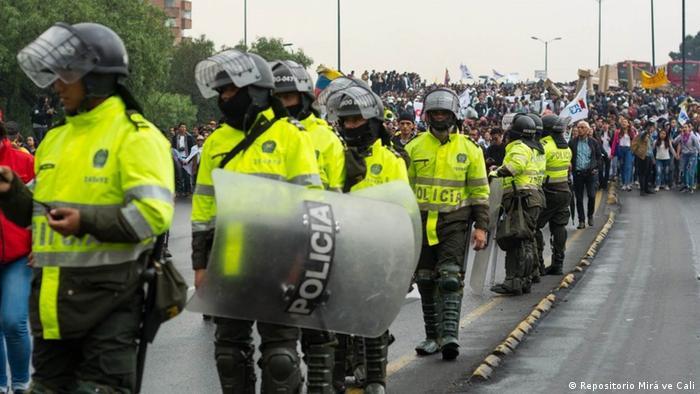 Policías en fila en Bogotá.