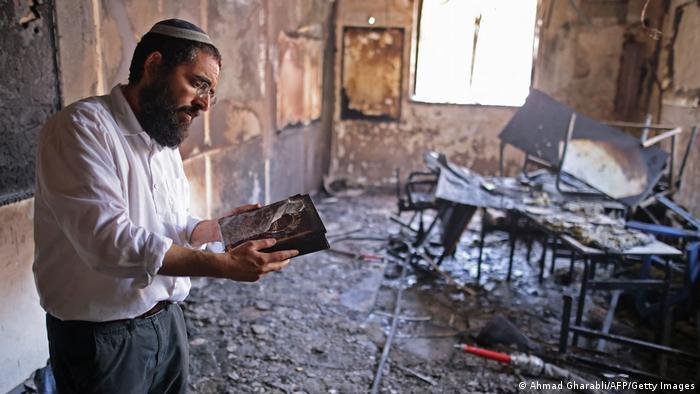 Ein Rabbi sichtet nach den Zusammenstößen in Lod die Schäden in einer Religionsschule