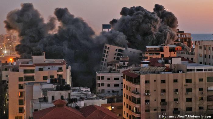 Rauch über dem Hanadi-Tower in Gaza