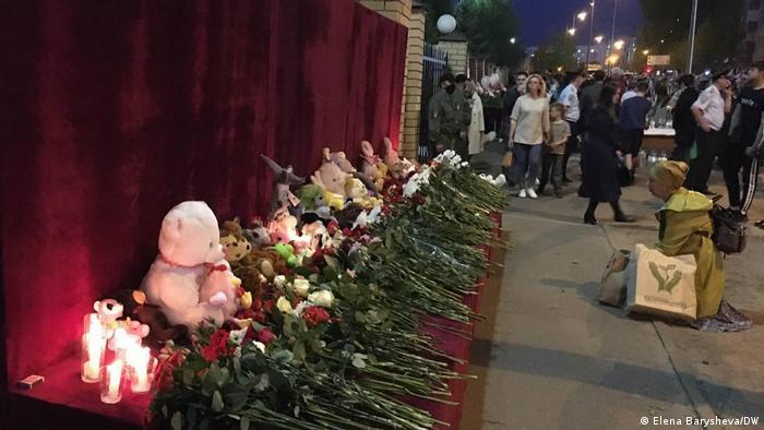 Стихийный мемориал в память о жертвах стрельбы в казанской гимназии №175
