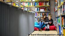 Deutschland Karlstadt | Schülerinnen | Schulbibliothek