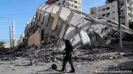 تقول إسرائيل إنها أرسلت تحذيراً قبل قصف هذا المبنى في قطاع غزة، موضحة أنه إما كان يضم مكاتباً لفصائل فلسطينية مسلحة أو يقيم به قياديون في حركة حماس.