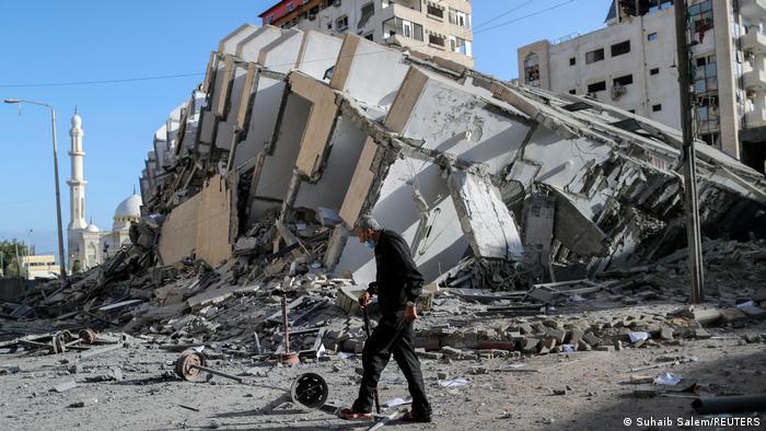 Конфликтът започна да ескалира в петък, 7 май, кагота се стигна до сблъсъци между израелската полиция и палестинци в арабския квартал Шейх Джара в Източен Ерусалим. Сблъсъци имаше и на Храмовия хълм. След многобройни ракетни нападения от Ивицата Газа над Ерусалим в понеделник, 10 май, Израел стартира серия от нападения - посочва се, че след предварително оповестяване е атакувал целенасочено сгради в град Газа, в които се намират щабовете на военни групировки или в които живеят лидери на радикалното ислямско движение Хамас. Междувременно израелският кабинет по сигурността е взел решението да разшири обхвата на атаките срещу Хамас. Разрушено е било и финансовото министерство в сърцето на град Газа.
