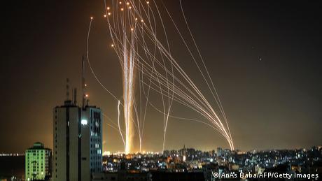 حركة حماس التي تحكم قطاع غزة قامت ليلة الثلاثاء/ الأربعاء بإطلاق صواريخ على مدينة تل أبيب. نظام الحماية الإسرائيلي من الصواريخ والمقذوفات يحمي المدينة ويدمّر المقذوفات في الجو، أو يقوم بتوجيهها بعيداً عن المناطق الحضرية لتقليل حجم الضرر.