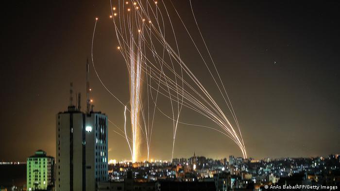 В нощта срещу сряда, 12 май, движението Хамас, което контролира Ивицата Газа, изстреля ракети към Тел Авив. Израелската провиторакетна система защитава града и разбива ракетите във въздуха или ги насочва така, че да причинят минимални щети.