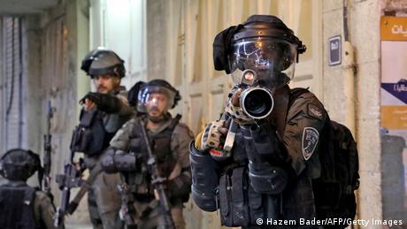 Israelische Sicherheitskräfte in voller Schutzausrüstung positionieren sich