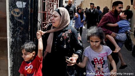 في مدينة غزة، يحاول هؤلاء الفلسطينيون إيجاد مكان آمن من الضربات الانتقامية الإسرائيلية. حتى الآن أدت موجة العنف إلى مقتل 109 فلسطينيين على الأقل، بحسب وزارة الصحة في غزة، وثمانية إسرائيليين.