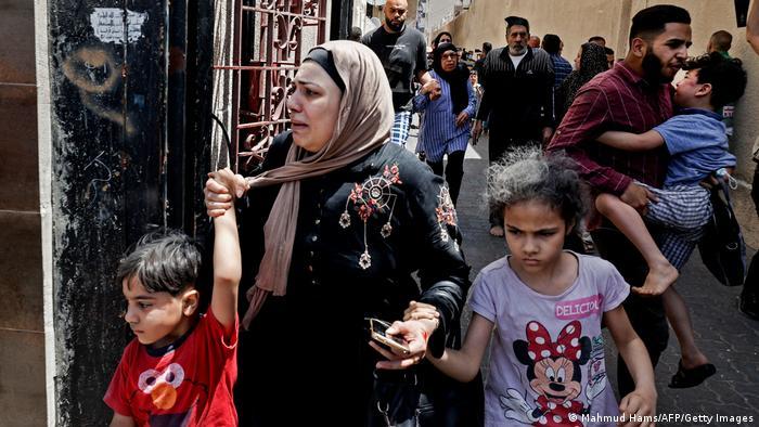 Тези палестинци са намерили сигурност в град Газа, бягайки от ответните удари на израелците. Най-малко петима израелци са загинали в нощта срещу 11 май, а от палестинска страна съобщават за поне 48 жертви от 10 май насам.