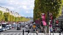 Blick aus Richtung des Arc de Triomphe über die zu beiden Seiten von Bäumen flankierde Avenue Champs Elysees, aufgenommen am 22. September 2015. Die weltberühmte Prachtstraße ist etwa 70 Meter breit und fast zwei Kilometer lang. Photo: Frank Baumgart