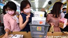 "*** Dieses Bild ist fertig zugeschnitten als Social Media Snack (für Facebook, Twitter, Instagram) im Tableau zu finden: Fach ""Images"" —> Weltspiegel/Bilder des Tages *** 12.05.21 *** People buy boxes of protective face masks following the outbreak of coronavirus disease (COVID-19), in Taipei, Taiwan, May 12, 2021. REUTERS/Ann Wang"