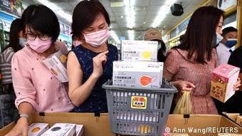 Жители Тайваня скупают защитные маски на фоне новой вспышки