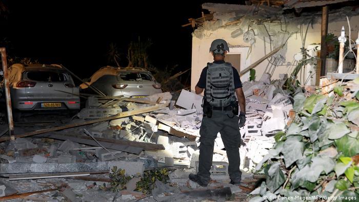 Дори палестинските ракети да бъдат отблъснати, остава опасността от рухване на разрушените сгради - като тази в Йехуд, недалеч от най-важното израелско летище Бен Гурион. По данни на израелската армия, от понеделник насам палестинската страна е обстреляла Израел около 1600 пъти.