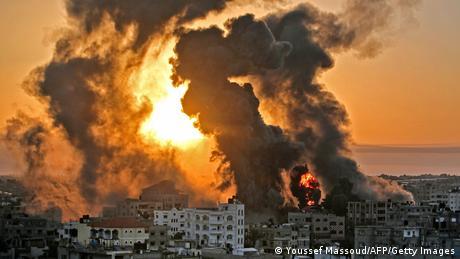 أعمدة الدخان والنيران تتصاعد صباح الأربعاء من مدينة خان يونس في قطاع غزة. منذ مطلع الأسبوع دخل صراع الشرق الأوسط مرحلة العنف المفتوح بين الجانبين الإسرائيلي والفلسطيني.