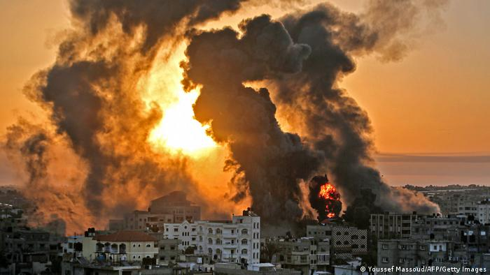 Predios em chamas na Faixa de Gaza
