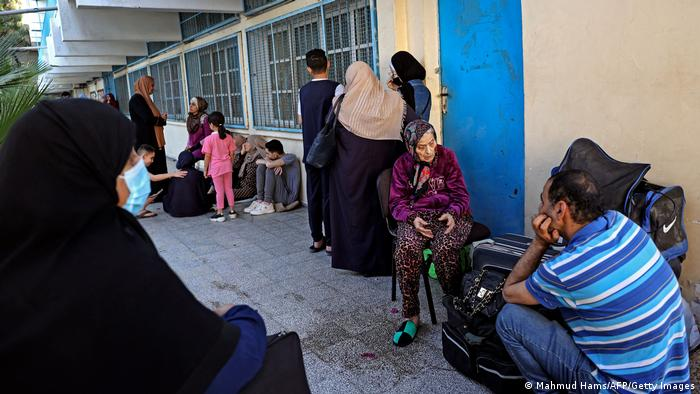 За момента нищо не говори за деескалация. В град Газа палестинците са потърсили сигурност на терена на ООН. Израелският премиер Бенямин Нетаняху отхвърля засега сключването на примирие. САЩ, Египет, Катар и ООН се опитват да посредничат за успокояване на напрежението.