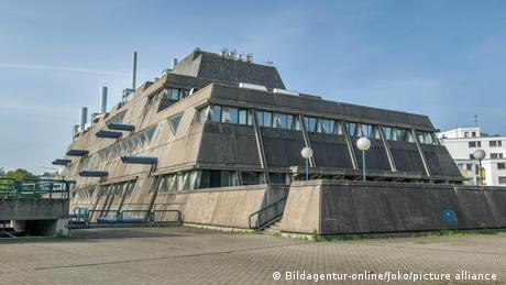Ein Gebäude mit den typischen Merkmalen des Brutalismus, rohem Beton und einer eckigen Fassade