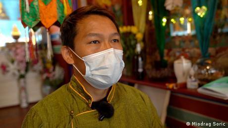 Junger Mann aus Tibet bei einem Interview