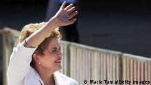Dilma acena para apoiadores após seu último discurso no Palácio do Planalto
