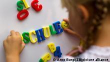 ILLUSTRATION - Ein Kind schreibt mit Magnetbuchstaben das Wort «Schule» an eine Magnettafel, aufgenommen am 30.08.2012 in Dresden. Foto: Arno Burgi /lsn (zu lsn vom 21.08.2013) +++(c) ZB-FUNKREGIO OST - Honorarfrei nur für Bezieher des ZB-Regiodienstes+++ +++ dpa-Bildfunk +++
