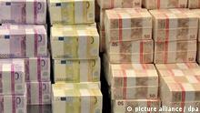 ARCHIV - HANDOUT - Das undatierte Handout von der Deutschen Bundesbank in Frankfurt (Hessen), zeigt verschiedene Euro-Schein-Bündel in bar. Immer mehr Bargeld wird hinter Schloss und Riegel eingelagert. Bankschließfächer und Heimtresore liegen dabei im Trend. Foto: Bundesbank/dpa (zu lni «Bargeld-Boom hinter verschlossenen Türen? Cash scheint auf Vormarsch» vom 08.12.2014) - ACHTUNG: Nur zur redaktionellen Verwendung bei Nennung: «Foto: Bundesbank/dpa») +++ dpa-Bildfunk +++