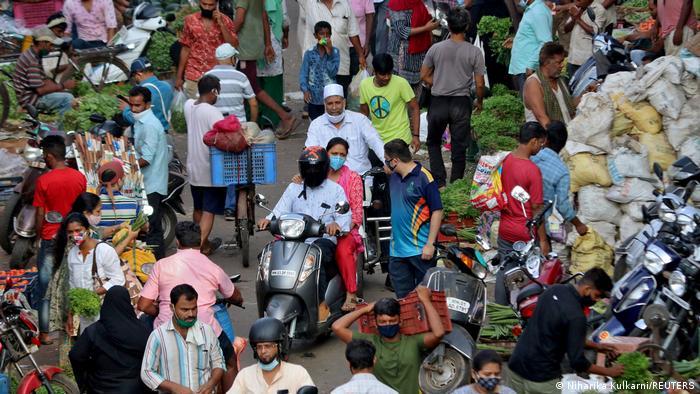 Motociclista em mercado de rua na Índia