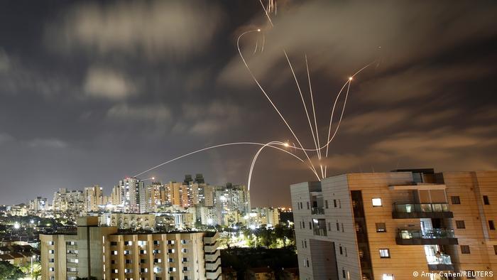 Система протиповітряної оборони Залізний купол перехоплює випущені із Сектора Гази ракети у місті Ашкелон, 12 травня
