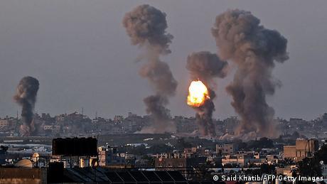 موجة الدمار لا تبدو لها نهاية في الأفق. طائرات حربية إسرائيلية تقصف قطاع غزة وتستهدف عدداً من قيادات حركة حماس الفلسطينية، المصنفة على قائمة الإرهاب.