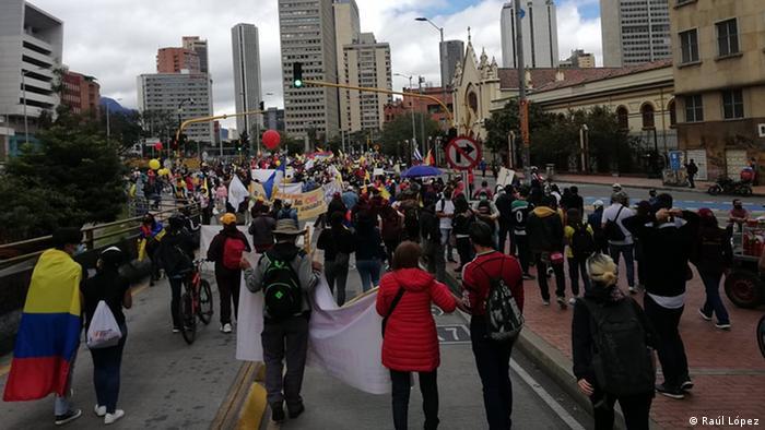 Marcha pacífica de manifestantes a través del centro de Bogotá este 12 de mayo
