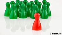 Symbolbild Mobbing Figuren Mensch ärgere dich nicht Rot Grün