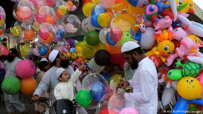 اینجا در شهر کراچی پاکستان در اولین روز عید فطر کودکان در حال خرید بازیچه هستند. روزهای عید معمولا برای اطفال حال و هوای خاصی دارد.
