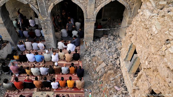 در شهر موصل عراق نیز مردم عید را جشن گرفتند. در این تصویر نماز عید فطر در مسجد «المصفی» دیده میشود.