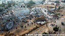 Anwohner vor zerstörten Gebäuden nach einem israelischen Luftangriff im Gazastreifen