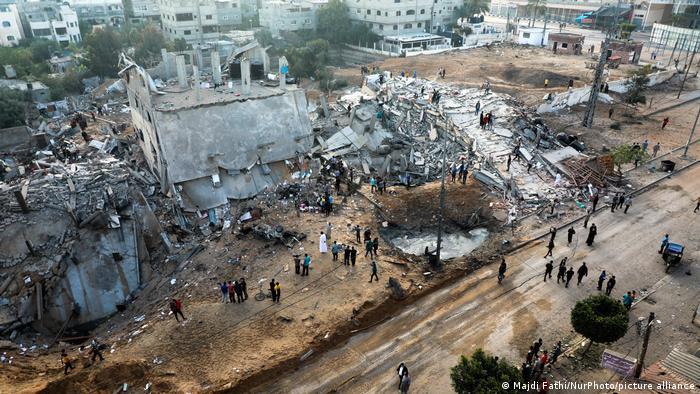 Gazze Şeridi'nde İsrail'in hava saldırıları sonucu bazı binalar yıkıldı