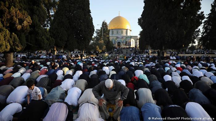 هزاران تن از مسلمان نماز عید فطر را در «مسجد الاقصی» در بیت المقدس برگزار کردند. هرچند خشونتها میان نیروهای اسرائیلی و ملیشههای فلسطینی بر جشن عید سایه انداخته است، اما مردم به صورت گسترده در نماز عید اشتراک کردند.