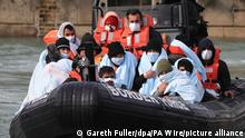 Eine Gruppe mutmaßlicher Migranten wird auf einem Boot des britischen Grenzschutzes nach Kent gebracht. Tausende Migranten haben bisher in diesem Jahr mit kleinen Schlauchbooten den Ärmelkanal aus Frankreich überquert, um Asyl in Großbritannien zu beantragen. +++ dpa-Bildfunk +++