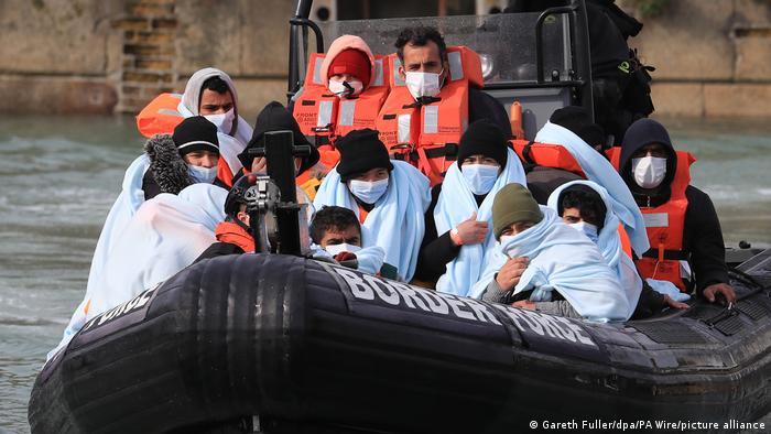 Grupa izbjeglica prebačena je čamcem britanske Obalne straže u grad Kent