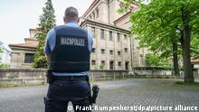 A police officer in front of a synagogue in Frankfurt