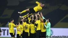 Lukasz Piszczek foi levantado aos céus pelos colegas logo depois do apito final da partida entre RB Leipzig e Borussia Dortmund pela Copa da Alemanha