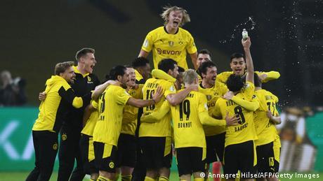 لاعبو دورتموند وهم يحتفلون بفوز فريقهم باللقب الخامس لكأس ألمانيا (بريلن 13 مايو/ أيار 2021)