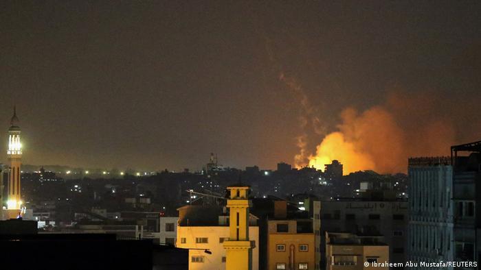 İsrail'in saldırıları sonrasında Gazze Şeridi'ndeki bazı bölgelerden alev ve dumanların yükseldiği görüldü