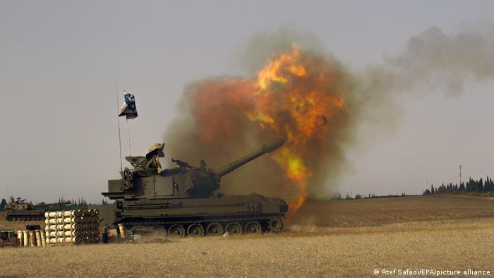 Израильская самоходная артиллерийская установка ведет обстрел целей в сектора Газа