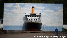 Mural perto do canteiro de obras de réplica do navio Titanic na China.