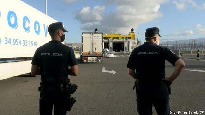 Las Palmas Polizisten am Hafen