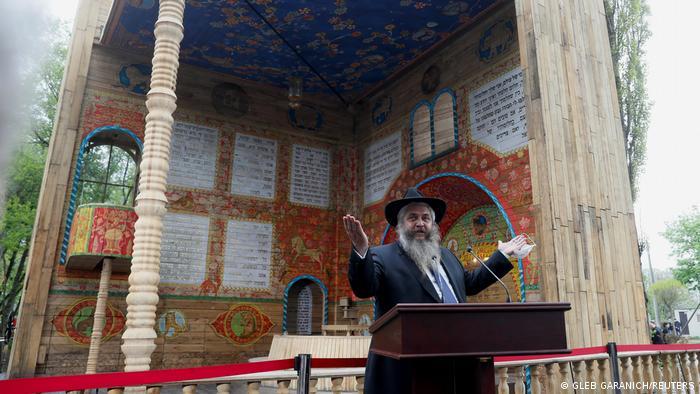 Rabbi Moshe Reuven Ayman speaking at the symbolic synagogue of Babyn Yar